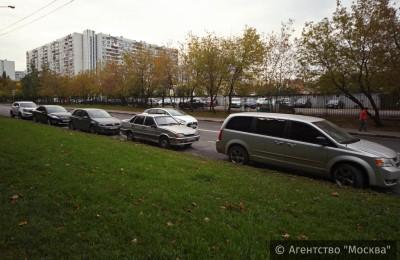 Инспекторы АМПП будут помогать оплачивать парковку в новой зоне жителям столицы