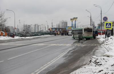 На фото платные парковочные места на Ореховом бульваре