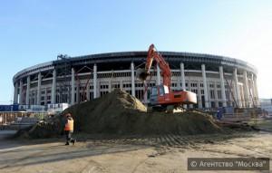Монтаж сборно-железобетонных конструкций настила трибун завершили на стадионе «Лужники»