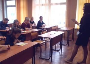 На фото Мария Короткова читает диктант
