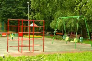 На фото одна из благоустроенных детских площадок в Зябликове в летний период