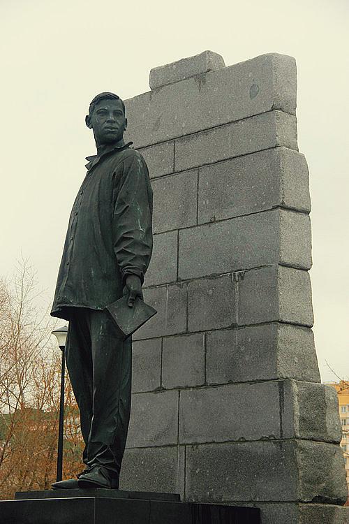 Памятник поэту в районе Зябликово
