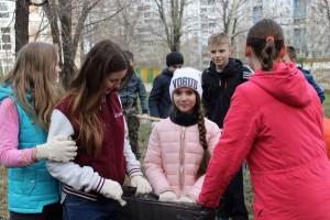 Вооружившись граблями, мешками и перчатками, школьники собрали мусор и прошлогоднюю листву с газона