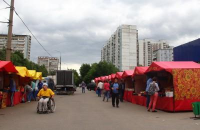 На фото ярмарочные павильоны в Зябликове
