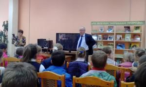 На фото Денис Драгунский беседует с юными посетителями библиотеки