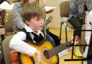 На фото один из юных музыкантов