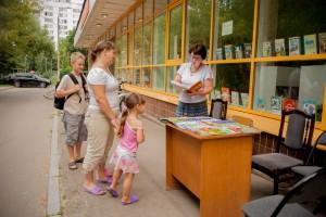 На фото гости летней читальни в Зябликове