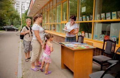 На фото посетители местной библиотеки