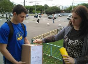 Активисты раздавали жителям Зябликова, страдающим от вредной привычки, конфеты в обмен на сигареты