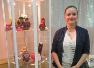 На фото Надежда Раева и ее работы