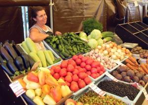 Сезонные ягоды, фрукты и овощи по доступным ценам зябликовцы могут найти на местных ярмарках