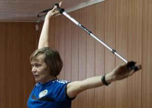 Тренер проводит разминку перед занятием