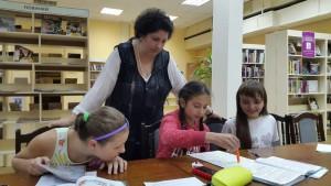 На фото педагог Ольга Шавкова и ее воспитанники