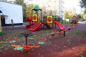 На детской площадке постелили безопасное резиновое покрытие, установили новые малые архитектурные формы