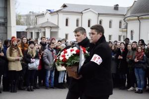 Молодые парламентарии возложили цветы к памятнику погибшим