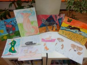 Ребята не только придумали клички бездомным животным, но и подарили на память волонтерам свои рисунки