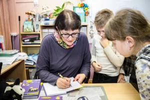 Юлия Лавряшина провела небольшую автограф-сессию: каждый гость получил книгу, подписанную автором