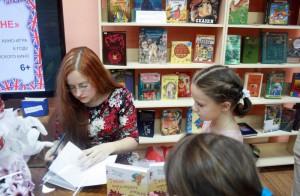 Валентина Дегтева дает автограф юным читателям