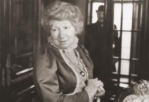 Рина Зеленая в образе миссис Хадсон