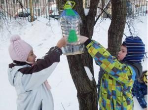 Ученики школы Классика кормят птиц в рамках акции «Помоги птицам»