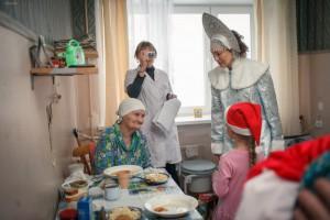 Жители района подарили сотни новогодних подарков постояльцам домов престарелых
