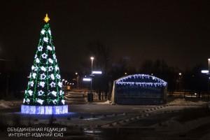 """Новогодняя ель и сцена в парке """"Садовники"""""""
