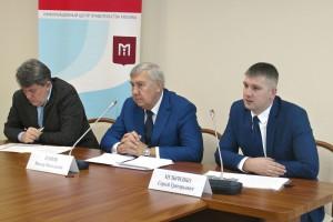 Директор центра экспертиз, исследований и испытаний в строительстве Виктор Егоров (в центре) и его заместитель Сергей Музыченко (справа)