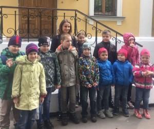 Школьники после экскурсии в Музей леса