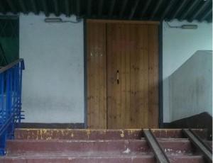 Дверь подъезда, приведенная в порядок