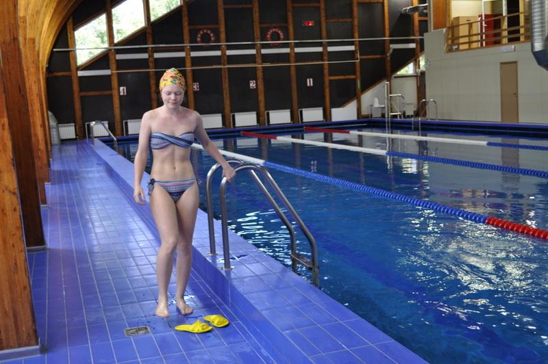 Пловчиха в бассейне