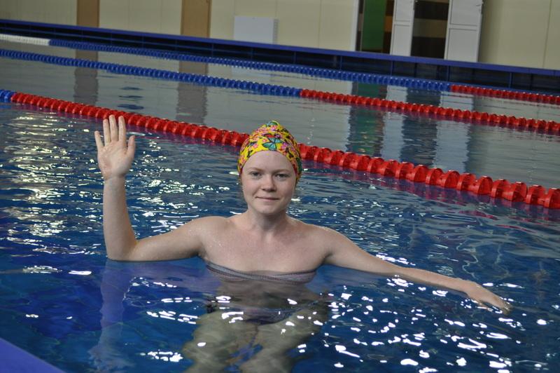 Пловчиха в физкультурно-оздоровительном комплексе