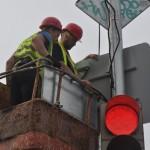 Сотрудники «СпецДорПроекта» устанавливают светодиодную подсветку